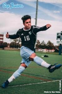 Un adolescent en plein séance d'entrainement lors d'un stage de foot