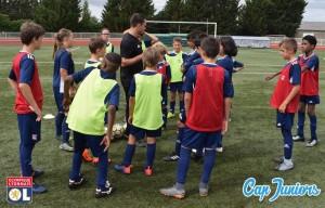 Le coach est en train de donner les consignes techniques à appliquer pour le prochain exercice de foot
