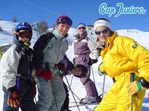Un groupe d'ados sur leurs skis en vacances d'hiver