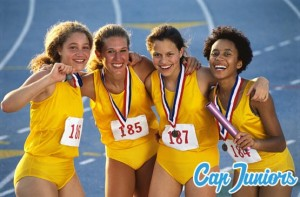4 adolescentes athlétiques ont reçu leur médailles après une course à pied