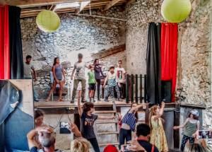 Des enfants expérimente la vie d'artiste en colonie de vacances culturelles